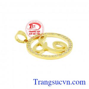 Mặt dây chữ T đẹp được chế tác từ vàng tây 18k sáng bóng kết hợp với những viên cz nhỏ giúp mặt dây trở nên nổi bật và thu hút.