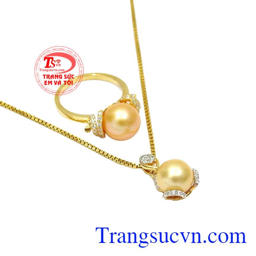 Bộ trang sức ngọc trai vàng tinh tế được thiết kế theo phong cách nữ tính, hợp thời trang.