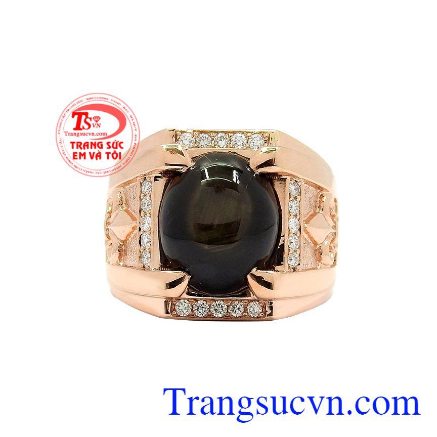 Thiết kế ấn tượng, các chi tiết kết hợp hài hòa mang tới chiếc nhẫn hoàn hảo. Nhẫn nam vàng hồng sapphire sang trọng