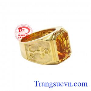Kết hợp vàng tây 14k cùng đá thạch anh vàng đã tạo nên chiếc nhẫn vừa sang trọng lịch lãm, vừa hợp phong thủy. Nhẫn nam thạch anh vàng tài lộc