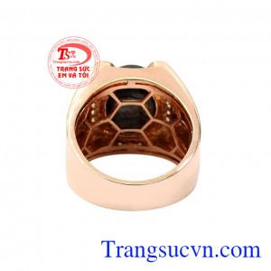 Ngoài ra các nhà chế tác cũng khéo léo kết hợp với những viên kim cương thiên nhiên để giúp chiếc nhẫn thêm nổi bật hơn. Nhẫn nam vàng hồng sapphire sang trọng