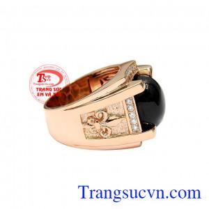 Điểm nhấn chính là viên sapphire thiên nhiên mang tới tài lộc và may mắn cho gia chủ. Nhẫn nam vàng hồng sapphire sang trọng