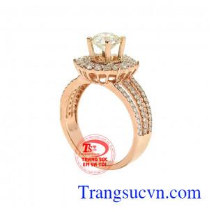 Nhẫn nữ kim cương tỏa sáng mang tới sức hút khó cưỡng với người nhìn.