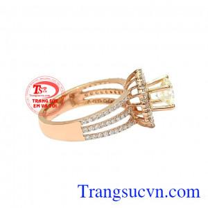 Nó đại diện cho sự sang trọng và đẳng cấp. Nhẫn nữ kim cương tỏa sáng
