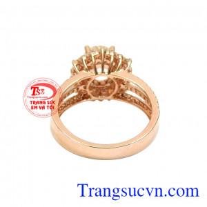 Chính vì thế mà rất nhiều người ước ao sở hữu món trang sức đắt giá này. Nhẫn nữ kim cương tỏa sáng