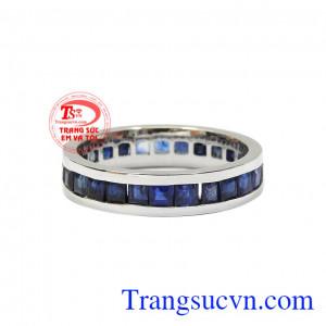 Những viên sapphire chế tác tỉ mỉ càng khiến cho chiếc nhẫn trở nên thu hút hơn. Nhẫn nam sapphire thời trang