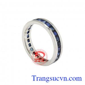 Nhẫn nam sapphire thời trang được kết hợp từ rất nhiều viên sapphire thiên nhiên và vàng trắng 18k.