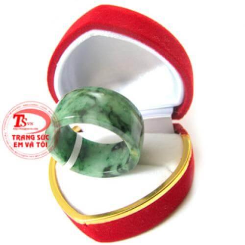 Nhẫn ngọc cẩm thạch thiên nhiên - Jadeite - jade - Đường kính vòng ngoài: 25,41 mm - Bề dày: 2,66 mm - Bề rộng: 13,87 mm - Đường kính lòng: 29,51 mm   - Màu sắc: Xanh lục - Trắng lục nhạt - Độ tinh khiết: Mờ - Bán trong - Tổng trọng lượng: 8,63 g  - Nhẫn ngọc cẩm thạch thiên nhiên có Giấy Kiểm Định Đá Quý